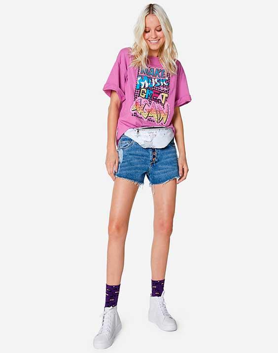 t-shirt rosa e short jeans