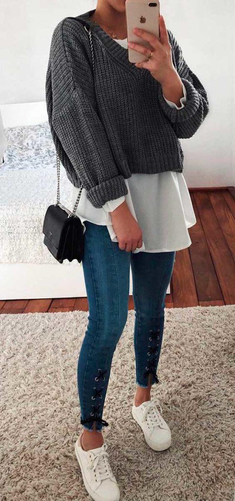 suéter cinza sobrepondo camisa branca