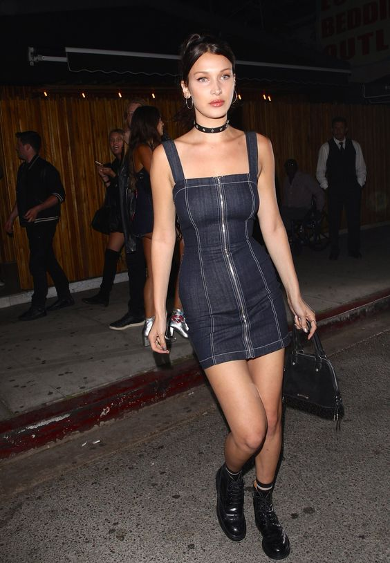 Bella Hadid com vestido jeans