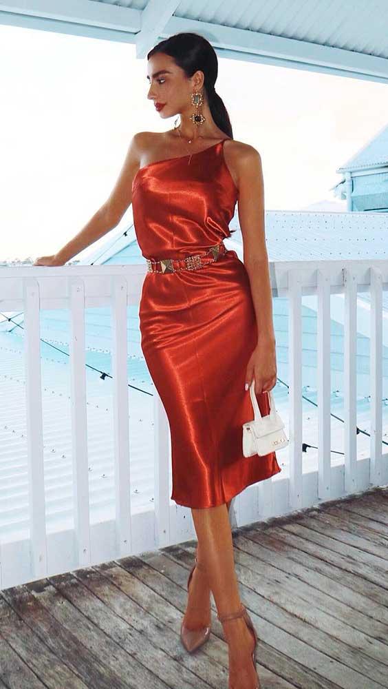 vestido de cetim vermelho e salto