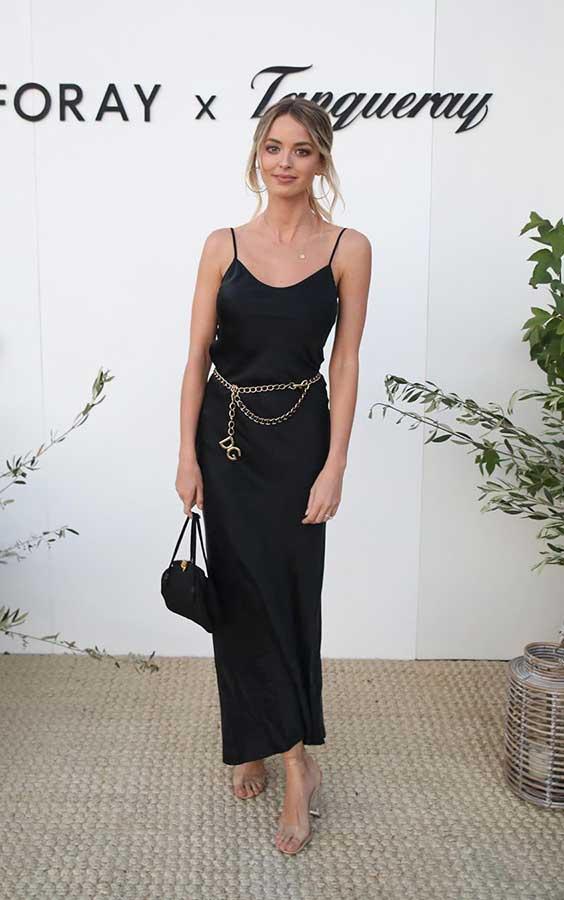 slip dress preto com cinto dourado