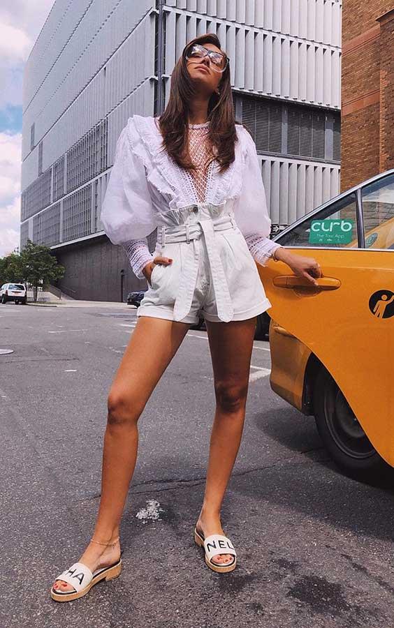 camisa branca com mangas bufantes