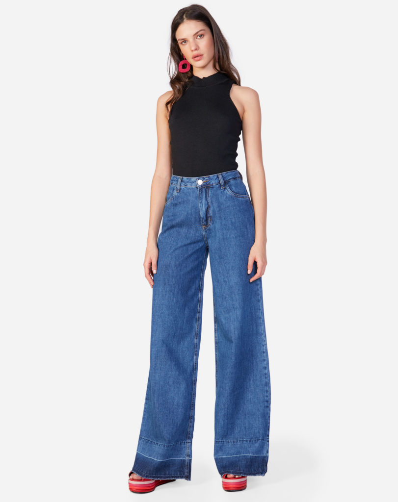 regata e calça jeans