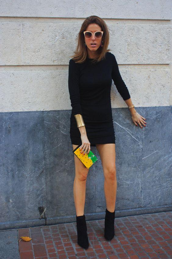vestido curto de manga, botinha e bolsa colorida