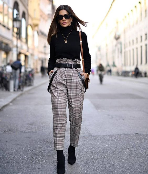 blusa preta de gola alta e manga, calça cinza xadrez, ankle boot preta,