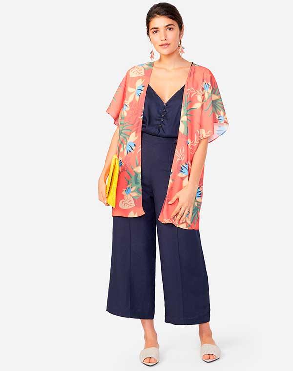 kimono rosa, macacão azul e bola amarela
