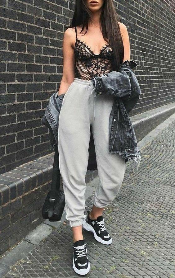 body lingerie, moletom, jaqueta jeans e tênis preto