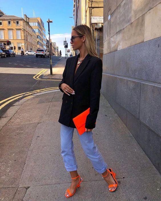 blazer, calça jeans, sapato e bolsa laranja,