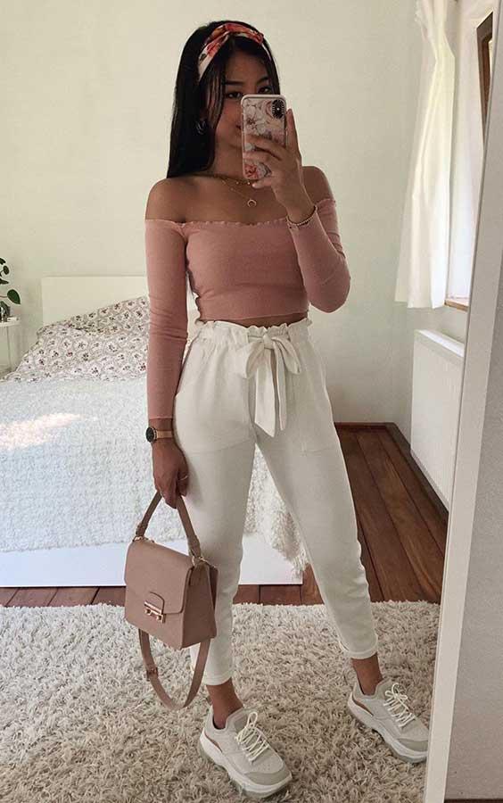 top cropped com decote ombro a ombro, calça clochard branca e tênis branco