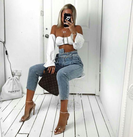 top cropped branco, calça jeans skinny, sandália de duas tiras