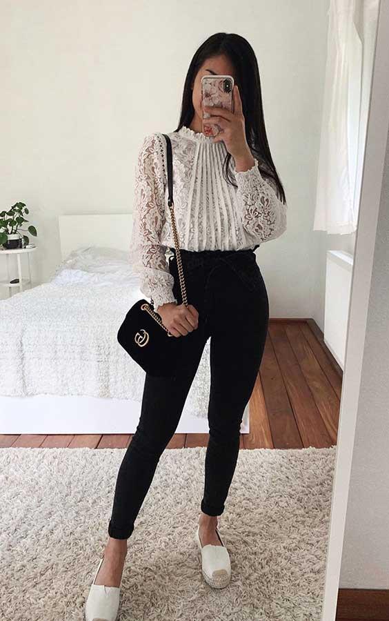 Thanya W. com blusa de renda e calça de alfaiataria preta