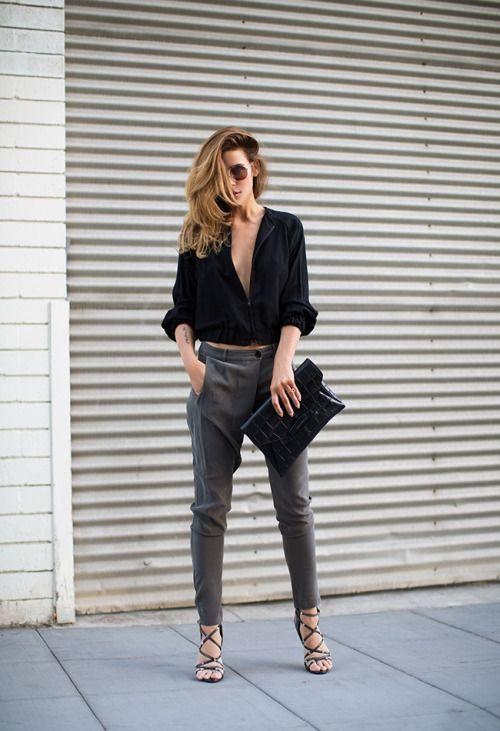 camisa preta, calça de alfaiataria jogging e clutch