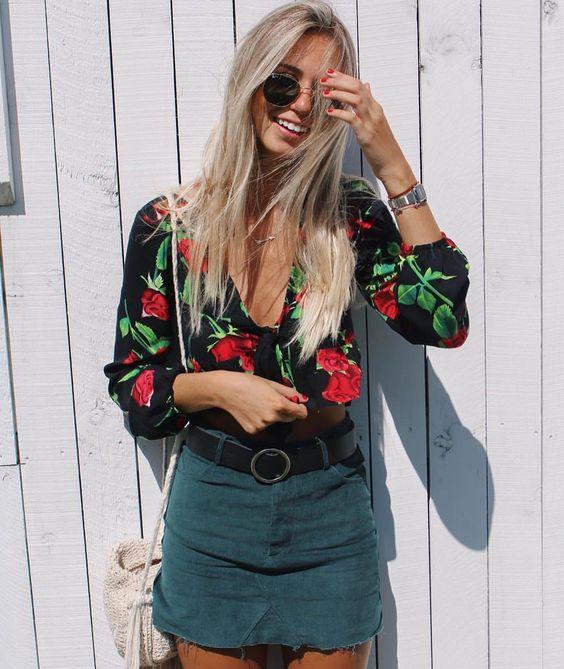 blusa preta com estampa floral, cinto e minissia
