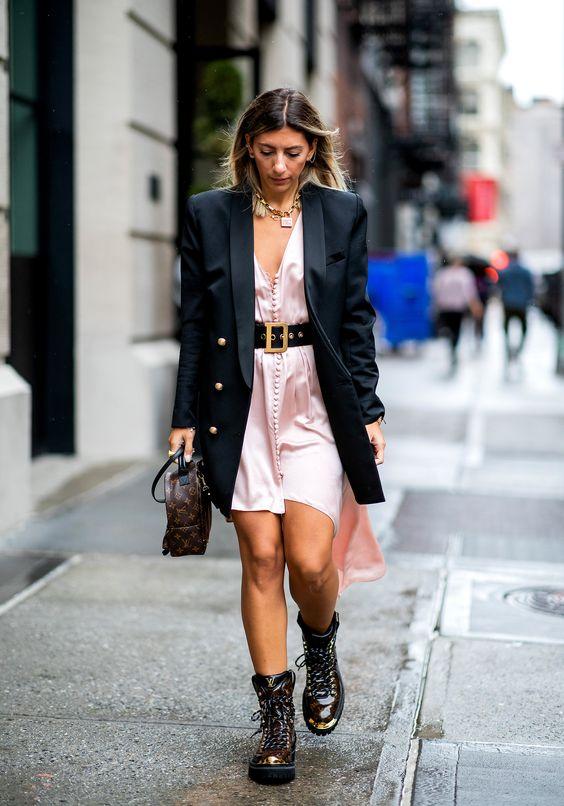 vestido com cinto, blazer e ankle boot