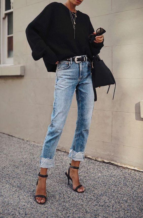 cinto com calça jeans e sandália de duas tiras