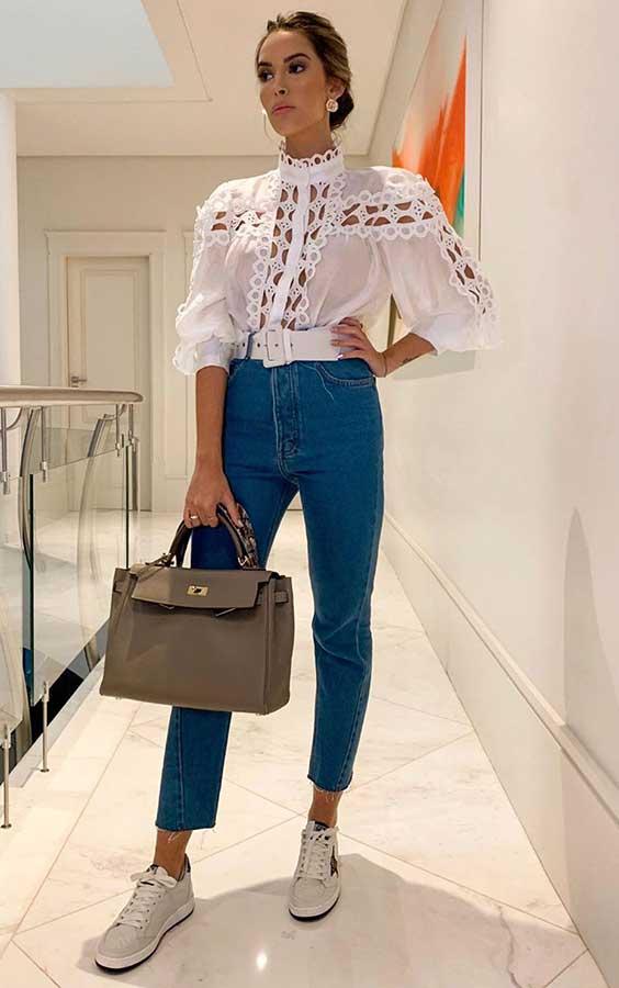 almoço de domingo com camisa branca de rensa e calça jeans de cintura alta