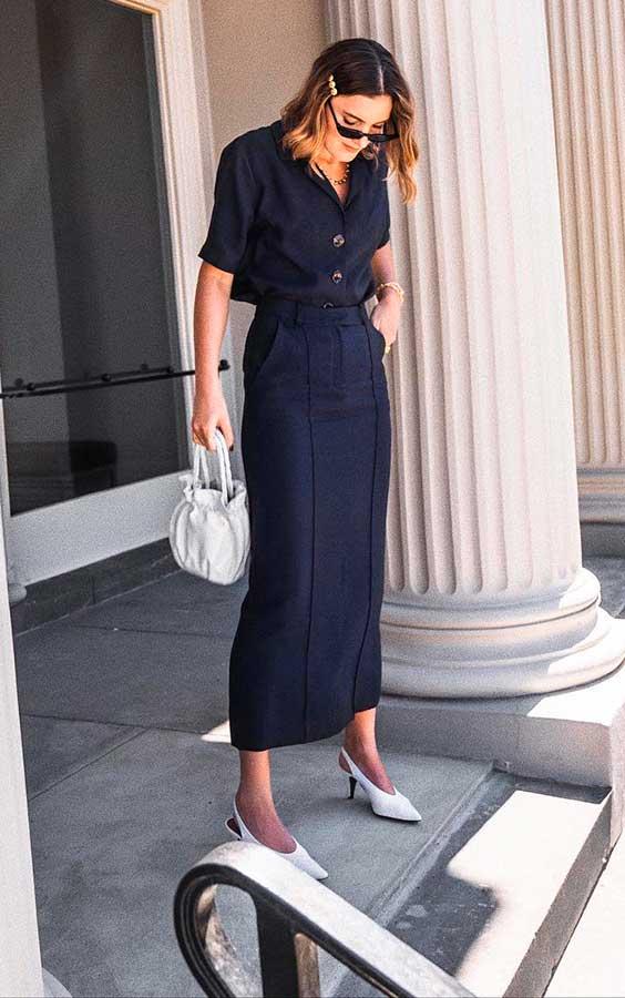 vestido midi preto com bolsa e sapato branco