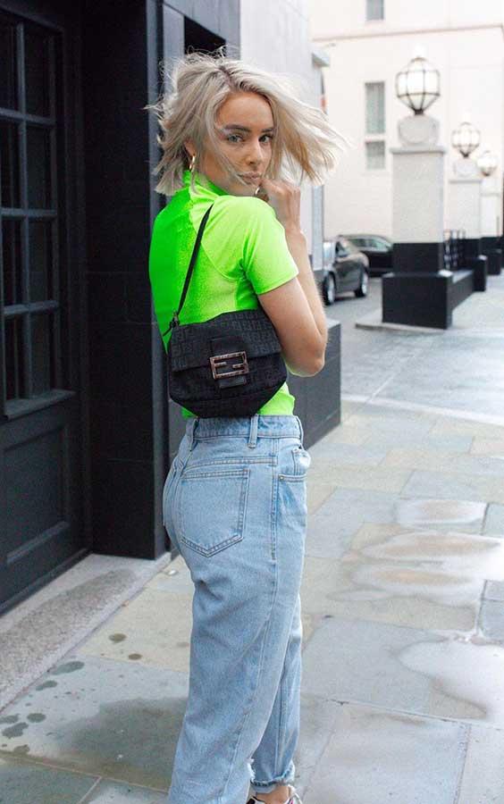 bolsa baguete preta com blusa neon