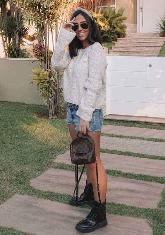 suéter, short jeans e coturno