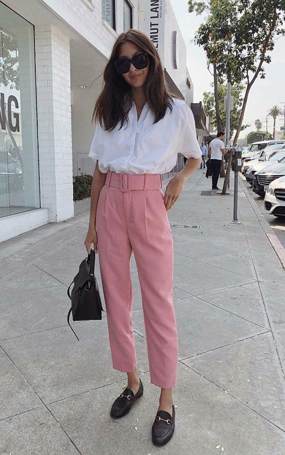 camisa branca, calça rosa e loafer