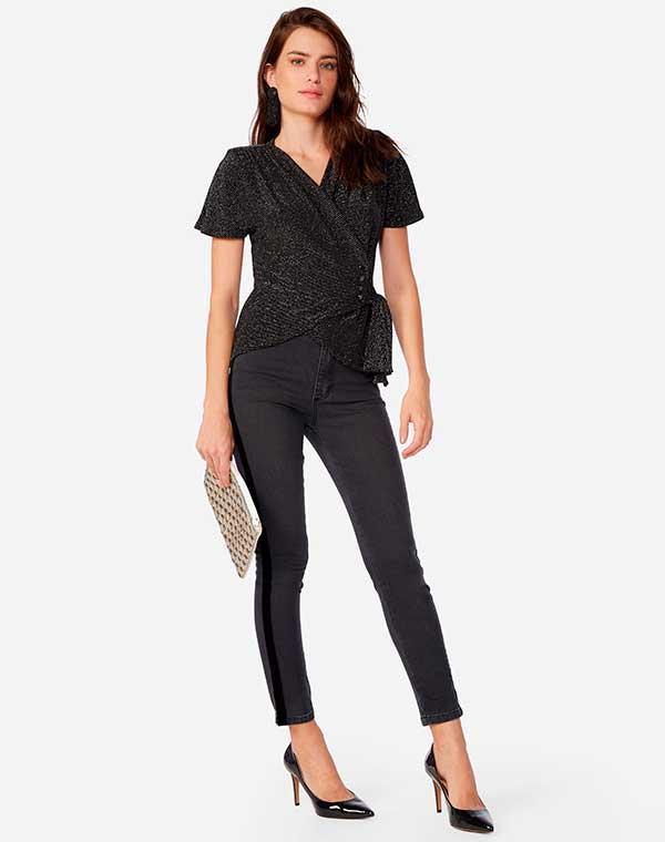 blusa envelope, calça skinny, scarpin preto e clutch