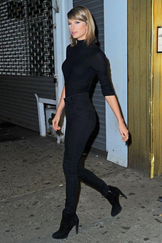 Taylor Swift com look monocromático