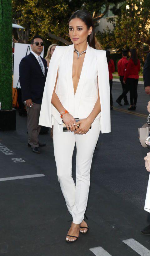 look total white com blazer capa