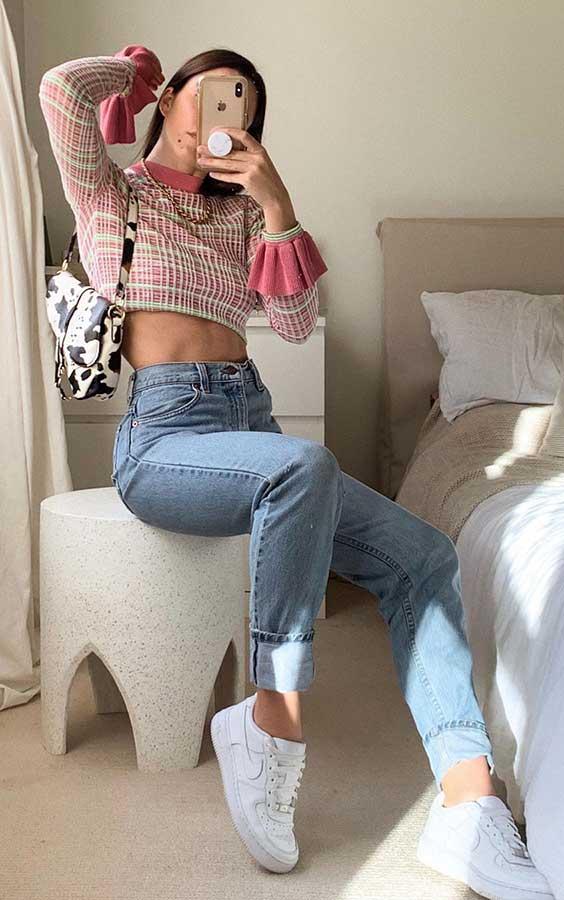 calça jeans e tênis branco
