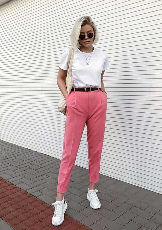 almoço de domingo com t-shirt branca e calça de alfaiataria rosa