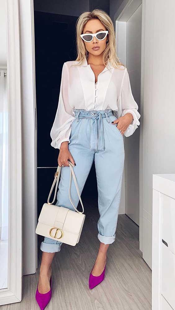 camisa branca, calça clochard jeans e mule de bico fino