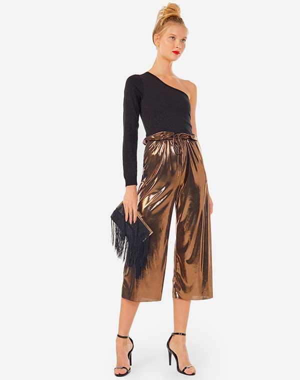body um ombro só, pantacourt bronze, clutch preta e sandália de duas tiras
