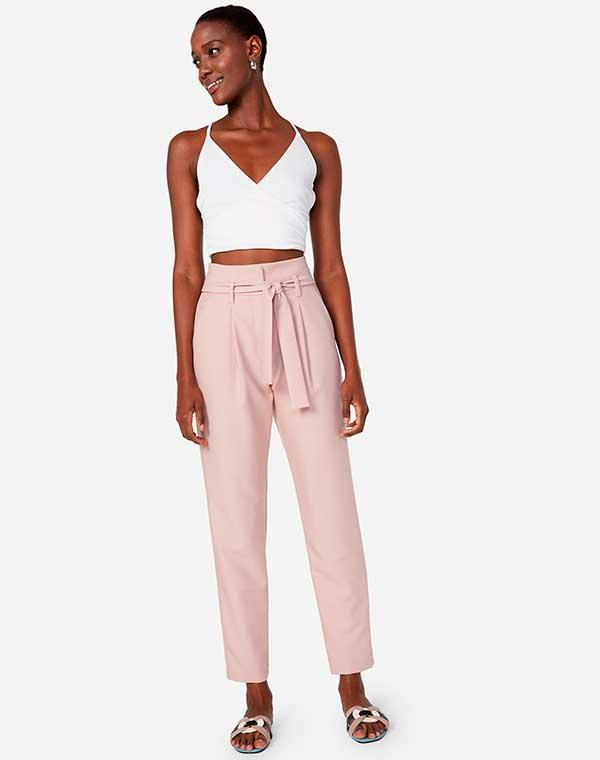 top cropped branco, calça rosa e rasteirinha