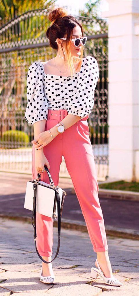 camisa de manga bufante, calça rosa e slingback