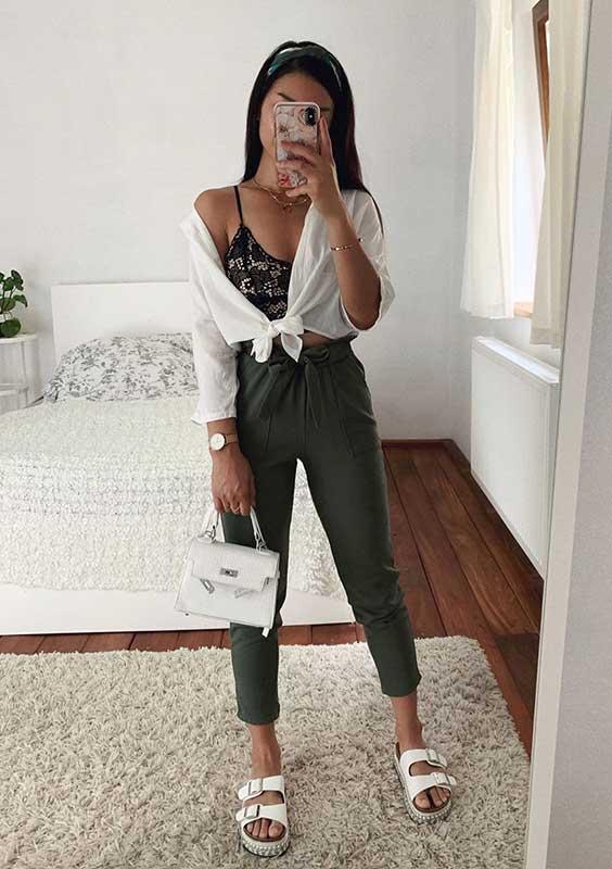 Thanya W. com lingerie aparente, camisa branca, calça clochard e sanddália no estilo birken