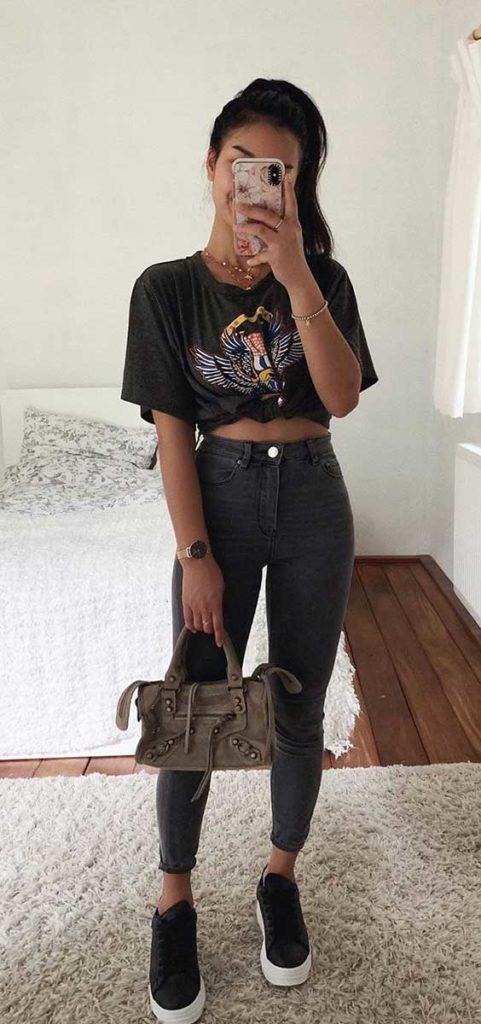 Thanya W. t-shirt estampada com nozinho, calça skinny perta e tênis preto