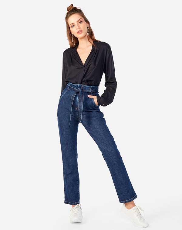 blusa preta de manga com calça clohcard jeans e tênis branco