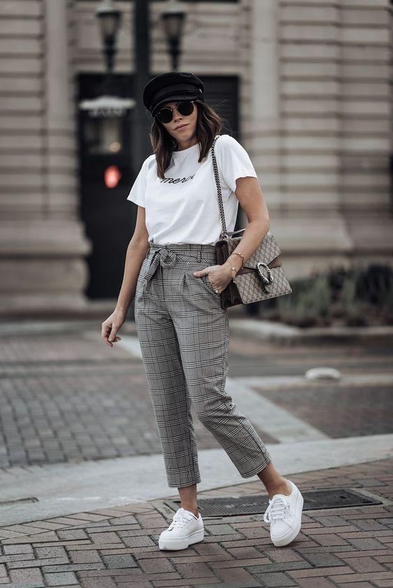boina preta, blusa branca, calça clochard cinza e tênis branco