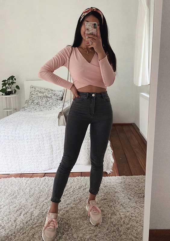 Thanya W. com blusa de manga envelope, calça skinny