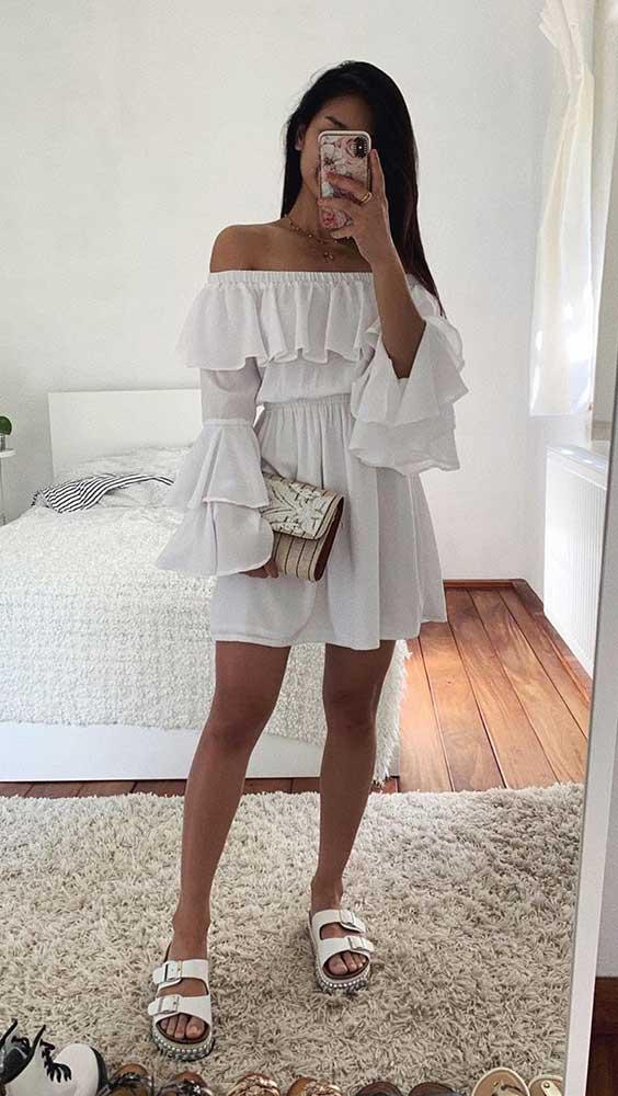 Thanya W. com vestido branco com babados e rasteirinha