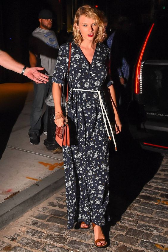 Taylor Swift com vestido estamapdo