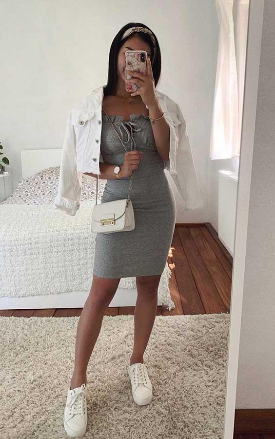 vestido cinza com jaqueta branca