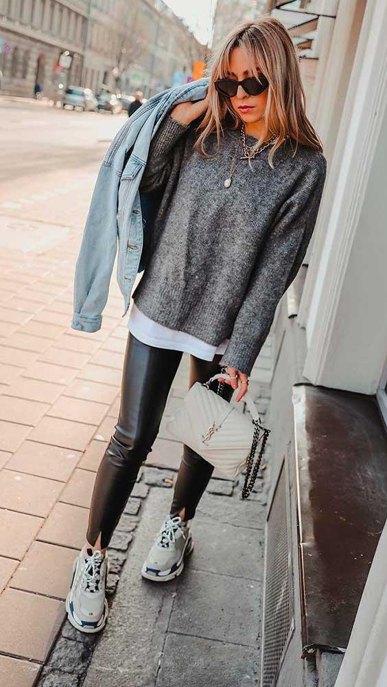 cool no inverno com suéter cinza