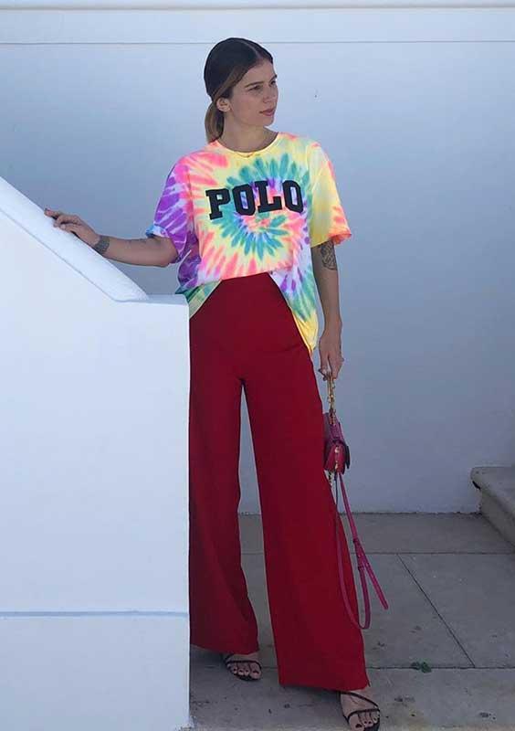 blusa colorida e calça vermelha