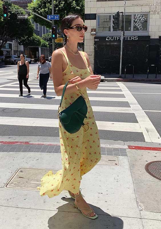 sandália de bico quadrado com vestido amarelo