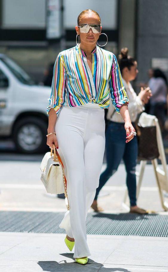 Camisa listrada, calça branca e scarpin colorido