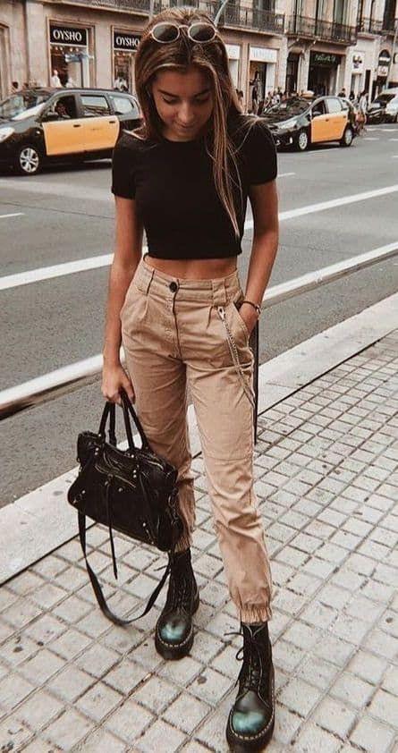 cropped preto e calça cargo