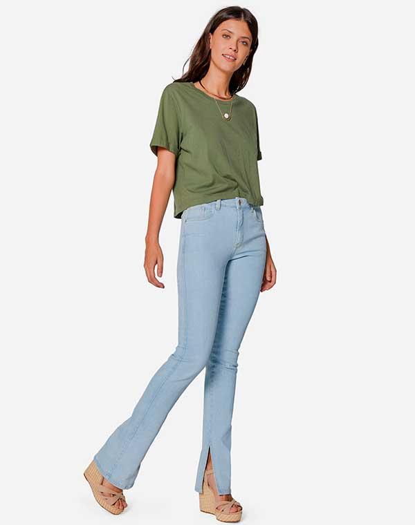 blusa verde e calça flare