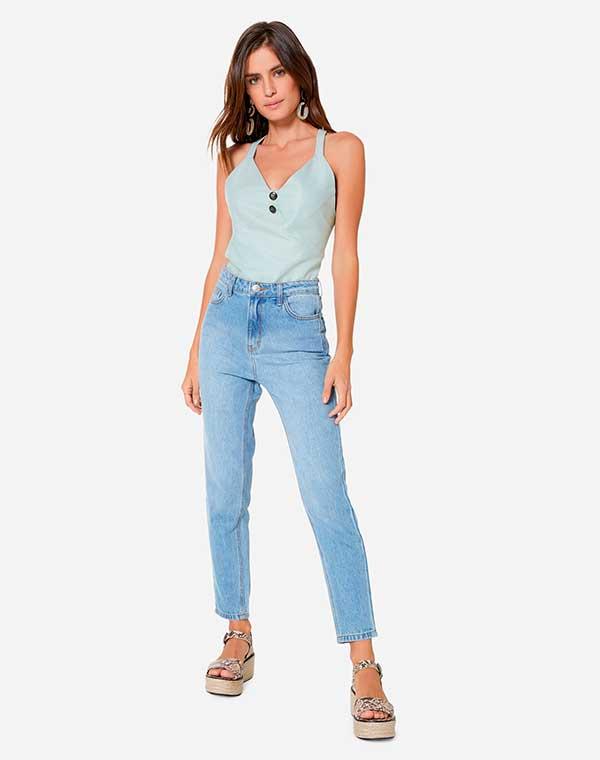 regata azul e calça jeans