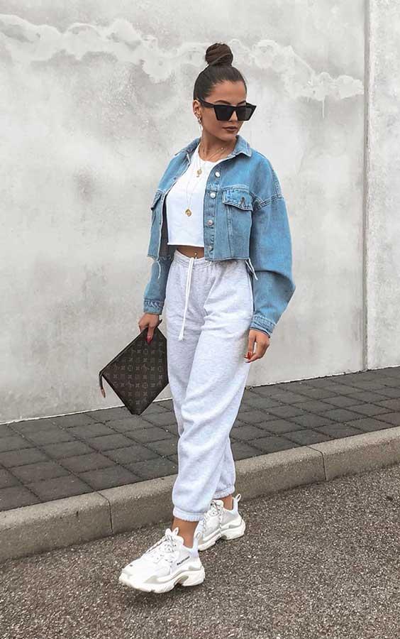 Christina Alexia com calça moletom e jaqueta jeans