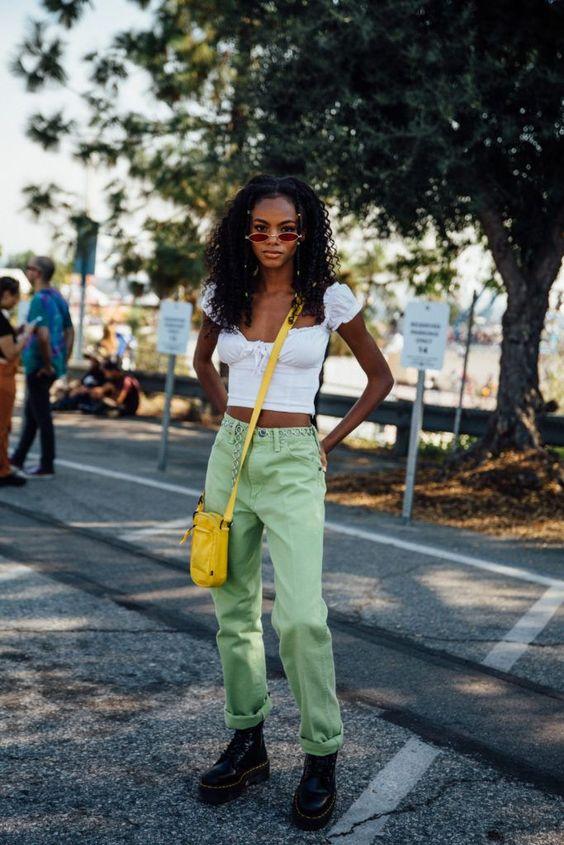 blusa branca e calça verde metna